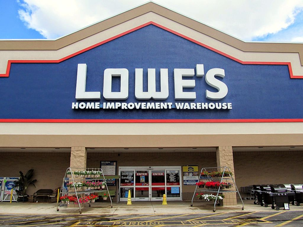 does Lowe's hire felons