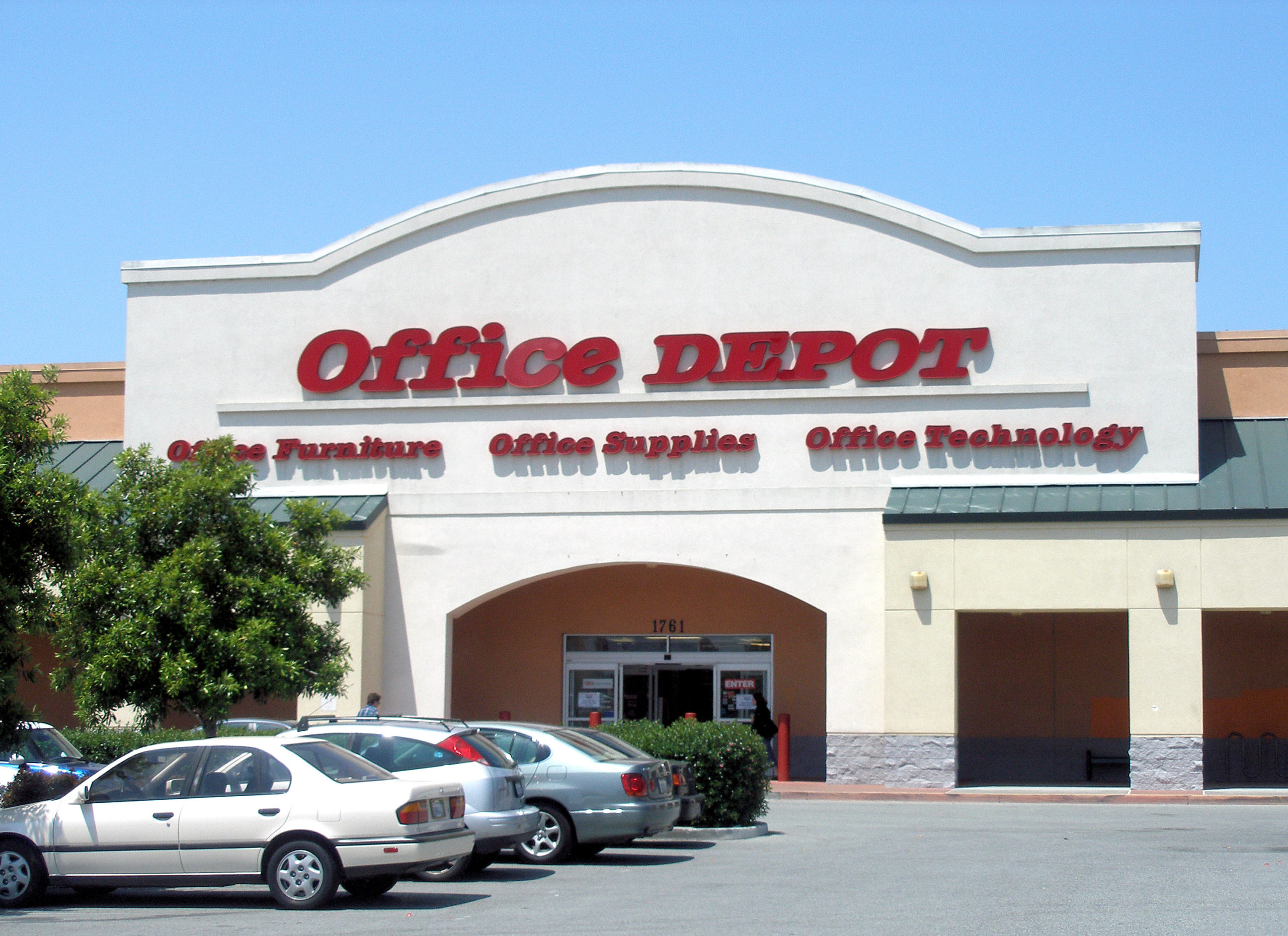 does Office Depot hire felons in all stores